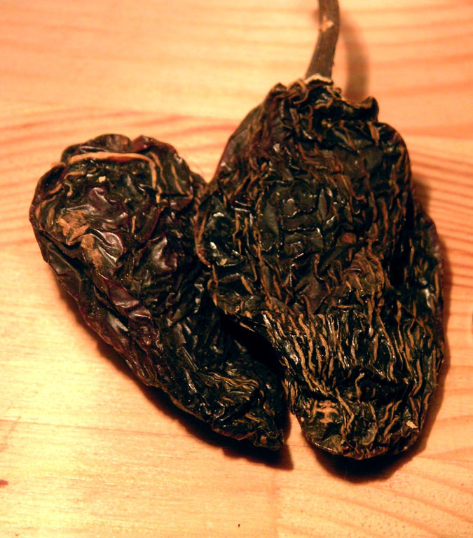 Chipotle - zdroj: http://upload.wikimedia.org/wikipedia/commons/d/d4/Capsicum_annuum_chipotle_dried.jpg